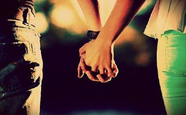 Взяти за руку людину ніби звичайний жест, але чомусь саме він змушує все всередині перевернутися…